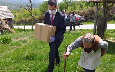 Важно је бити човек: социјално угроженим мештанима Витковца градоначелник уручио пакете помоћи краљевачких привредника