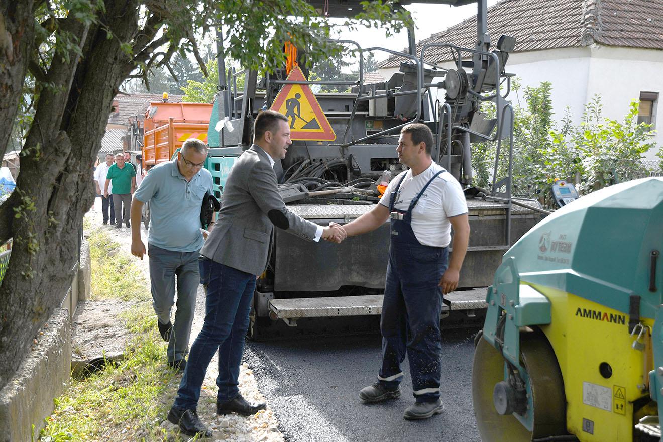 Град Краљево улаже у своја села: градоначелник обишао радове на асфалтирању у Витковцу